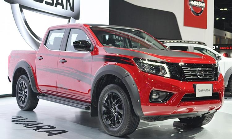 Nissan navara Black Edition สีแดง