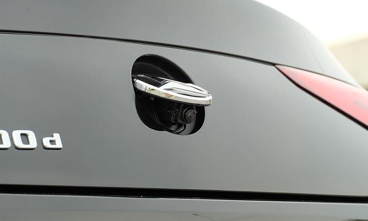 กล้องหลังใต้โลโก้ Mercedes-Benz CLS 300 d AMG Premium