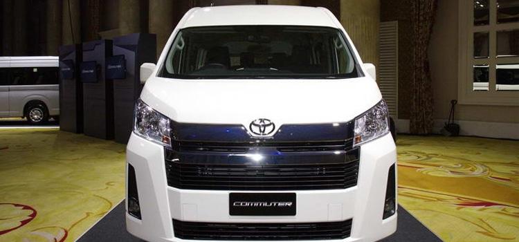 มุมหน้า Toyota Commuter