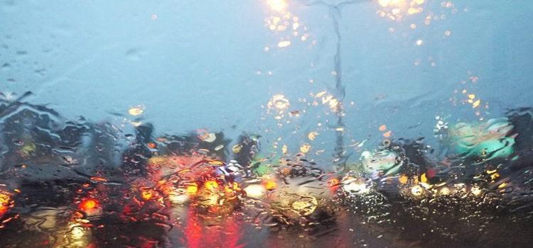 """เหตุผลว่าทำไมเวลาที่ฝนตกจึงทำให้ """"รถติด"""" เพิ่มมากขึ้น"""