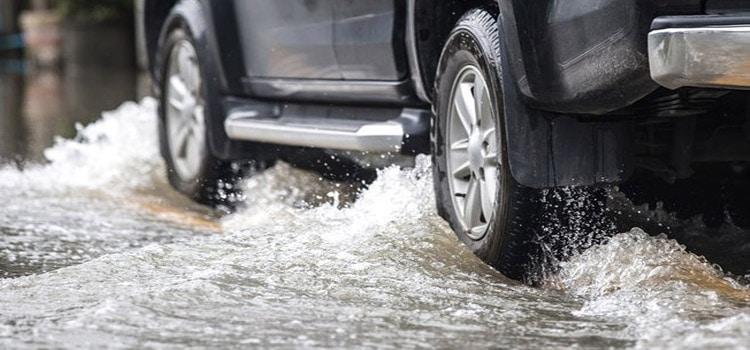 มีน้ำท่วมขังบนถนน