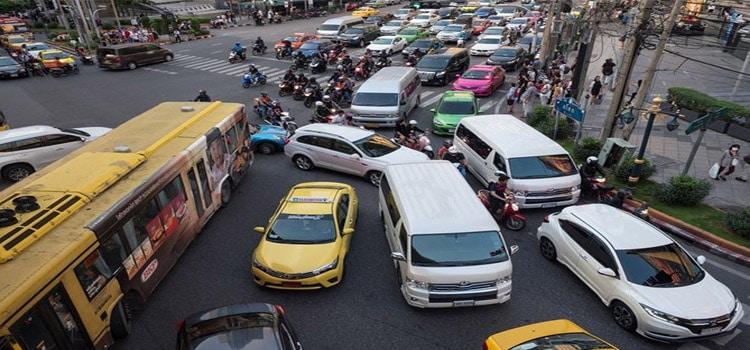 หยุดรถค้างกลางสี่แยก