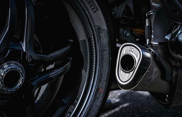 """ของโครงสร้างรถจะไม่มีสติ๊กเกอร์ใด ๆ เลย ลวดลายของรถเป็นสีเฟรมทั้งหมด่อไอเสีย Drapati Akrapovic ชุดครัชแบบ BST 'RapidTek , Futurismoto Fender หมายเลข 001/001 และ Nicky's โลโก้ """" 69 """""""