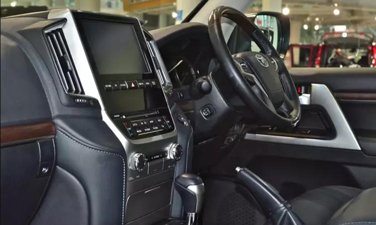 ดีไซน์ภายในของ Toyota Land Cruiser VX200 1