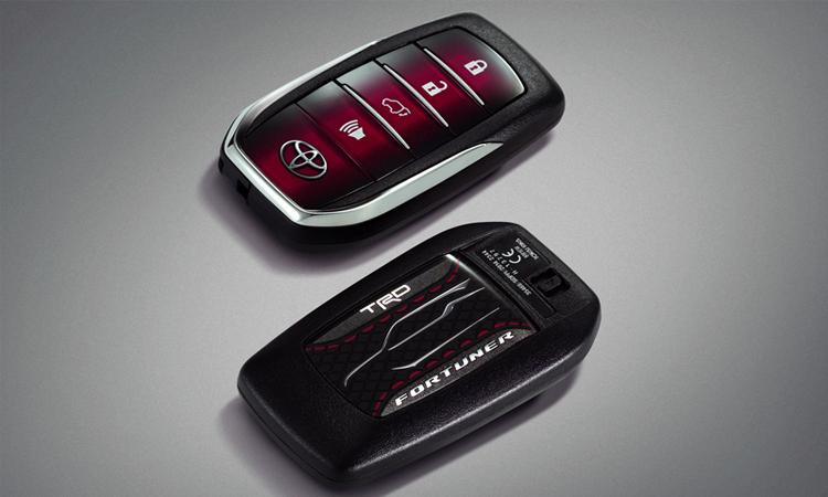 กุญแจรีโมท Smart Key ตกแต่งสีดำสลับสีแดง พร้อมสัญลักษณ์ TRD