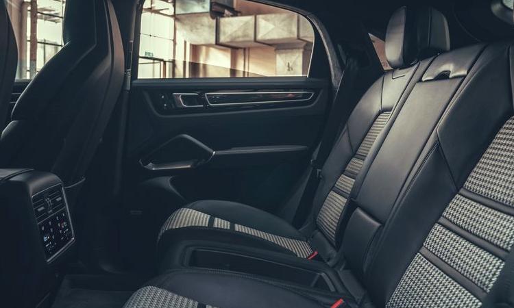 เบาะหลัง Porsche Cayenne e-hybrid Coupe'