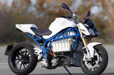 BMW แสดงการทดสอบครั้งแรกของ E-Power Roadster ซึ่งเป็นมอเตอร์ไซค์ไฟฟ้าแห่งอนาคตของค่าย