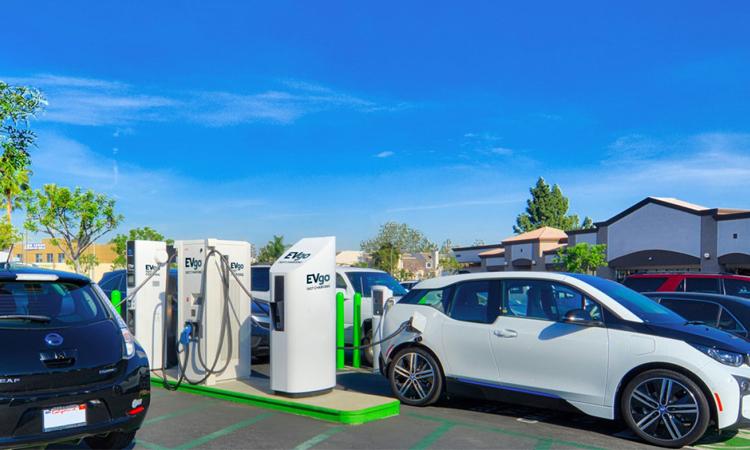 EVgo สถานีชาร์จรถยนต์ไฟฟ้าอย่างเร็วสาธารณะ กำลังเพิ่มขั้วต่อของ Tesla