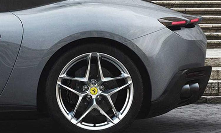 ท้าย Ferrari Purosangue