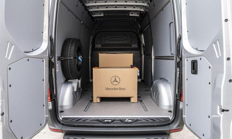 Mercedes-Benz eSprinterสามารถเก็บของได้เยอะ