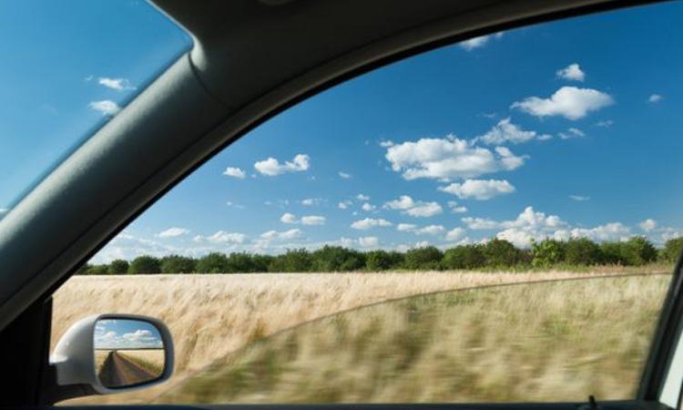 2. เปิดหน้าต่างรถเพื่อระบายอากาศ