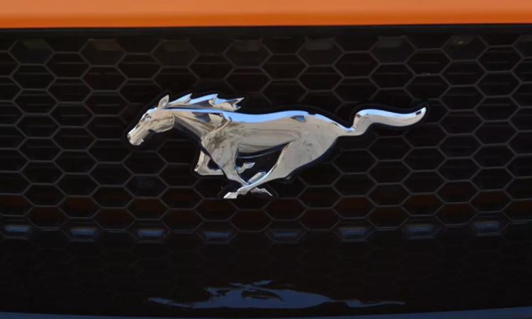 โลโก้ที่กระจังหน้า Ford Mustang