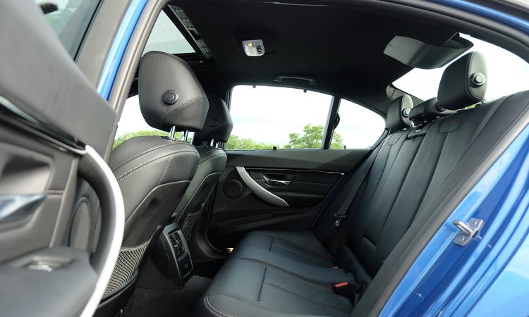 เบาะหลังBMW 330e M Sport (Plug-in Hybrid)
