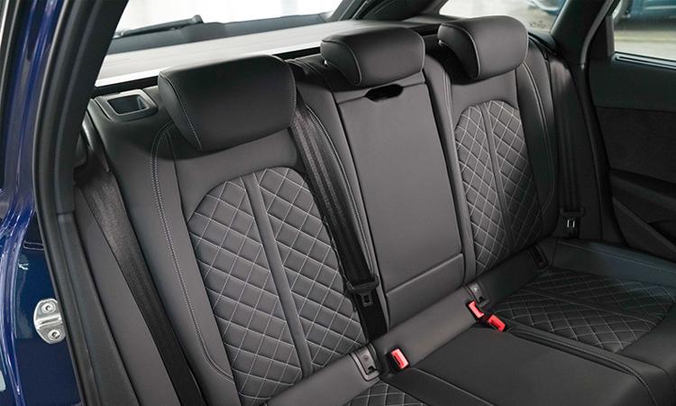 เบาะหลัง Audi A4 Avant 45 TFSI quattro S-Line Black Edition