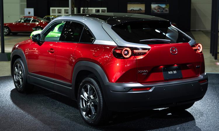 ดีไซน์ Mazda MX-30 ใช้แบตเตอรี่ 35.5 กิโลวัตต์ชั่วโมง สามารถใช้งานได้ 200 กิโลเมตรต่อการชาร์จหนึ่งครั้ง ก่อนหน้านี้ผู้บริหารของ Master Motor Corporation. กล่าวว่ารถไฟฟ้าส่วนใหญ่นิยมใช้ในเมือง ดังนั้นเลือกแบตเตอรี่ขนาดนั้นสำหรับผู้ที่ต้องการเดินทางไกล Mazda จะมี Range Extender ซึ่งติดตั้งเครื่องยนต์โรตารี่ขนาดเล็กสำหรับแหล่งพลังงานในภายหลัง