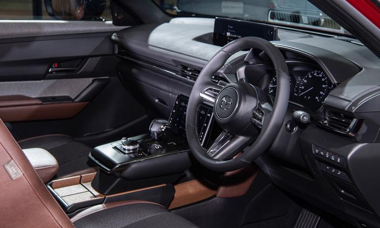 ภายใน Mazda MX-30 ใช้แบตเตอรี่ 35.5 กิโลวัตต์ชั่วโมง สามารถใช้งานได้ 200 กิโลเมตรต่อการชาร์จหนึ่งครั้ง ก่อนหน้านี้ผู้บริหารของ Master Motor Corporation. กล่าวว่ารถไฟฟ้าส่วนใหญ่นิยมใช้ในเมือง ดังนั้นเลือกแบตเตอรี่ขนาดนั้นสำหรับผู้ที่ต้องการเดินทางไกล Mazda จะมี Range Extender ซึ่งติดตั้งเครื่องยนต์โรตารี่ขนาดเล็กสำหรับแหล่งพลังงานในภายหลัง