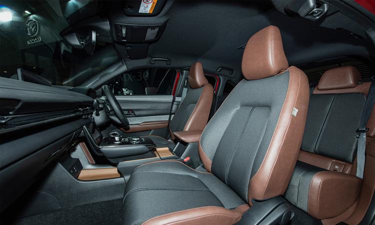 ดีไซน์ด้านใน Mazda MX-30 ใช้แบตเตอรี่ 35.5 กิโลวัตต์ชั่วโมง สามารถใช้งานได้ 200 กิโลเมตรต่อการชาร์จหนึ่งครั้ง ก่อนหน้านี้ผู้บริหารของ Master Motor Corporation. กล่าวว่ารถไฟฟ้าส่วนใหญ่นิยมใช้ในเมือง ดังนั้นเลือกแบตเตอรี่ขนาดนั้นสำหรับผู้ที่ต้องการเดินทางไกล Mazda จะมี Range Extender ซึ่งติดตั้งเครื่องยนต์โรตารี่ขนาดเล็กสำหรับแหล่งพลังงานในภายหลัง